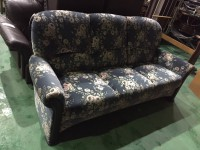 多摩市にてカリモクのソファを出張買取いたしました。