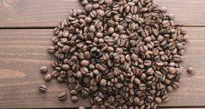 コーヒー豆とテーブル