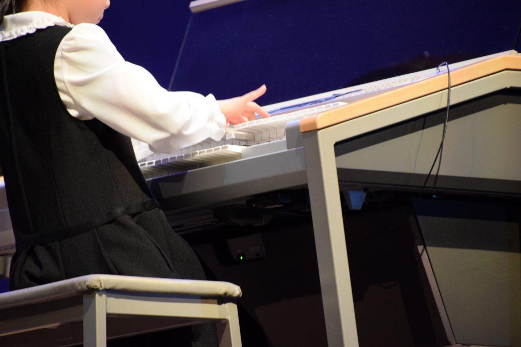 ステージアで演奏する子供