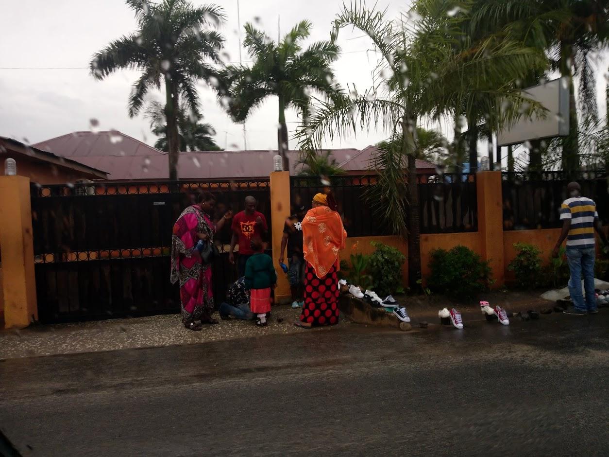 タンザニア 靴を売る人2