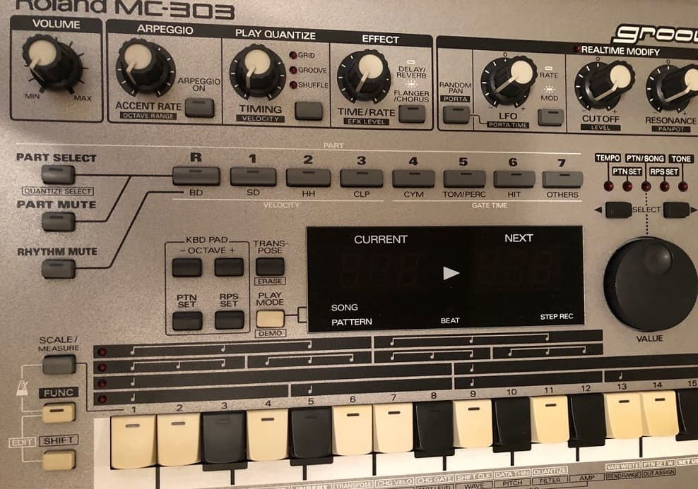 Roland MC-303 シンセサイザー
