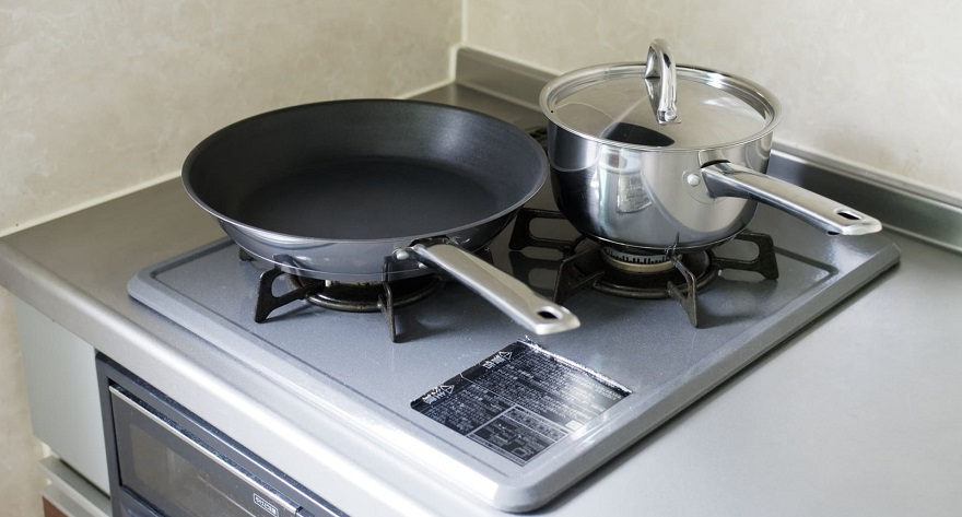 コンロの上に鍋とフライパン